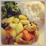 Kyckling curry med ris och sallad