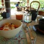 朝食(フルーツサラダ、ジュース、バリコーヒー)