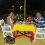 Diner autour de la piscine d'énormes écrevisses