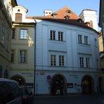 Hotellet ligger i slutet av gatan Michalska. En gång genom byggnaden rakt fram
