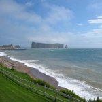 Le rocher Percé de la pelouse de l'hôtel