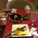 cena con platos de postre y tazas desayuno puesta