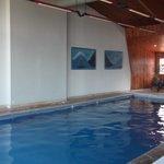 La piscina es mediana y de agua tibia.