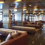 Lobby muy amplio y confortable