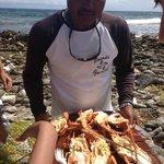 O barqueiro Chic Chi servindo lagostas fresquíssimas!