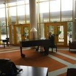 В фойе играет пианист!