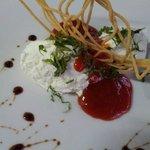 Mousse de queso de cabra con mermelada de tomate cherry