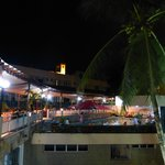 la piscina esta disponible hasta las 11 de la noche el bar l