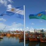 Nuestras banderas con otra vista del puerto.