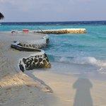 parte dei muretti antierosione che circondano l'isola