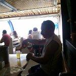 en uno de los barcitos al lado de la playa