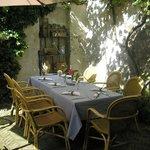 Sfeervolle tafel in mooie tuin Gastenhuys de Klok