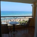 Petit balcon avec chaises et table ainsi qu'un étendoir pour les linges/maillo