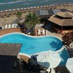 La vue depuis le balcon se la piscine, le bar, la plage et le snack-bar de la