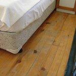 Slitet trägolv uppe i sovrummet