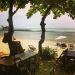 Área da praia, e vista que se tem ao tomar o café da manhã.