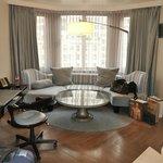 Wohnzimmer mit Sitzecke und Schreibtisch