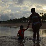 La playa es muy grande, l aarena barbara y el agua no es fria.