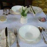 Mesa puesta para el desayuno y el cafe de la tarde. Vajilla antigua bellísima!