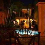 Vue de la piscine/Cour intérieure le soir
