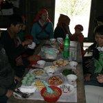 Lunch bij lokalen tegen de Chinese grens