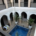 Patio y piscina del Riad
