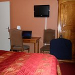la chambre et l'espace travail + TV