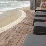 la terrasse qui domine la plage
