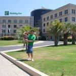 con mi hija en el frente del hotel