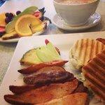 Panini matin avec un extra fruits et bol de café au lait.