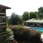 Vista de la pileta y sector del hotel
