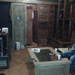 la sala della colazione (con mobili ricavati da porte e finestre)
