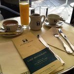 Breakfast table, cafe, jus d'orange, chocolate.