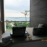 バスタブからベランダとその奥の海を見る