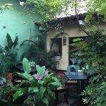 Jardim com mesas para café da manhã