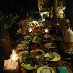 un repas convivial entre guests