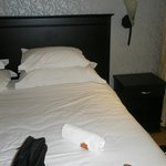 habitacion, mucha almohada