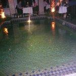 La piscine autour de laquelle vous pouvez diner