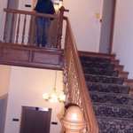 de traphal van het hotel