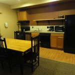 Thouroughbred Suites Kitchen/Dining