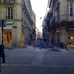 La rue transversale de l'hôtel (en réparation le jours de ma venue)