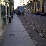 La rue piétonne proche de l'hôtel avec l'accès direct au tramway