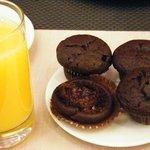 Buen zumo de naranja y brownies de chocolate caseros