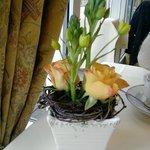 Frischer Blumenschmuck auf den Tischen im Speiseraum
