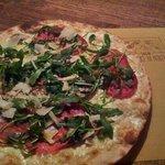 una buonissima pizza con bresaola,rucola e scaglie di grana!