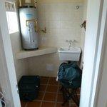 Pequeño lavadero y espacio de guardado