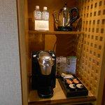 コーヒーマシンと水のボトル