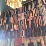 Una pared de letras