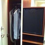 lite trång garderob och en tom minibar
