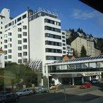 Vista frontal do Hotel, a piscina aquecida fica na cobertura